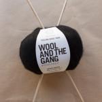 pelote noire wool & the gang chez le lyon qui tricote